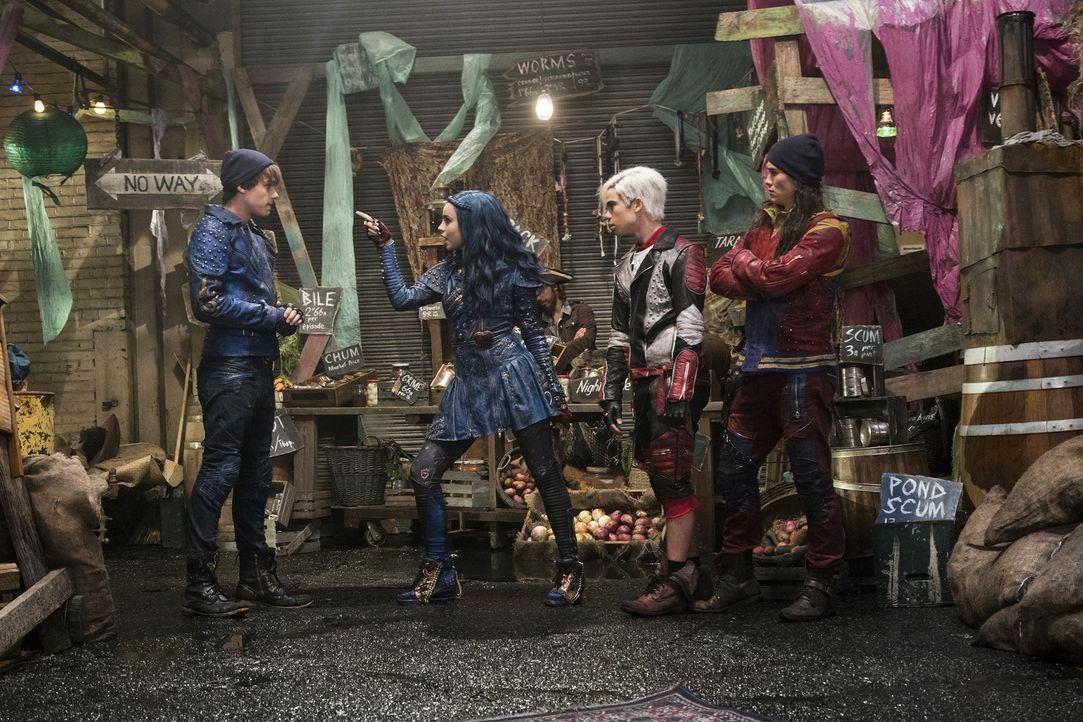 Um Evie (Sofia Carson, 2.v.l.), Carlos (Cameron Boyce, 2.v.r.) und Jay (Boo Boo Stewart, r.) noch eine Chance zu geben, überredet King Ben (Mitchell... - Bildquelle: Disney