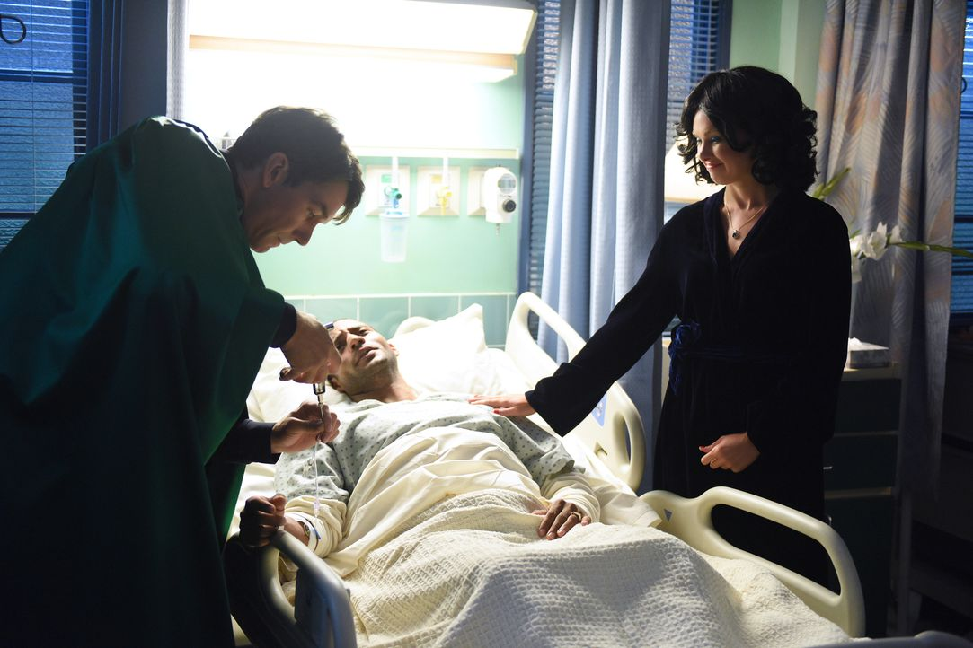 Am 31. Oktober 1985 trafen Dr. Mike (Jerry O'Connell, l.) und Nurse Thomas (Laura Bell Bundy, r.) eine fatale Entscheidung, als es darum ging das Le... - Bildquelle: 2016 Fox and its related entities.  All rights reserved.