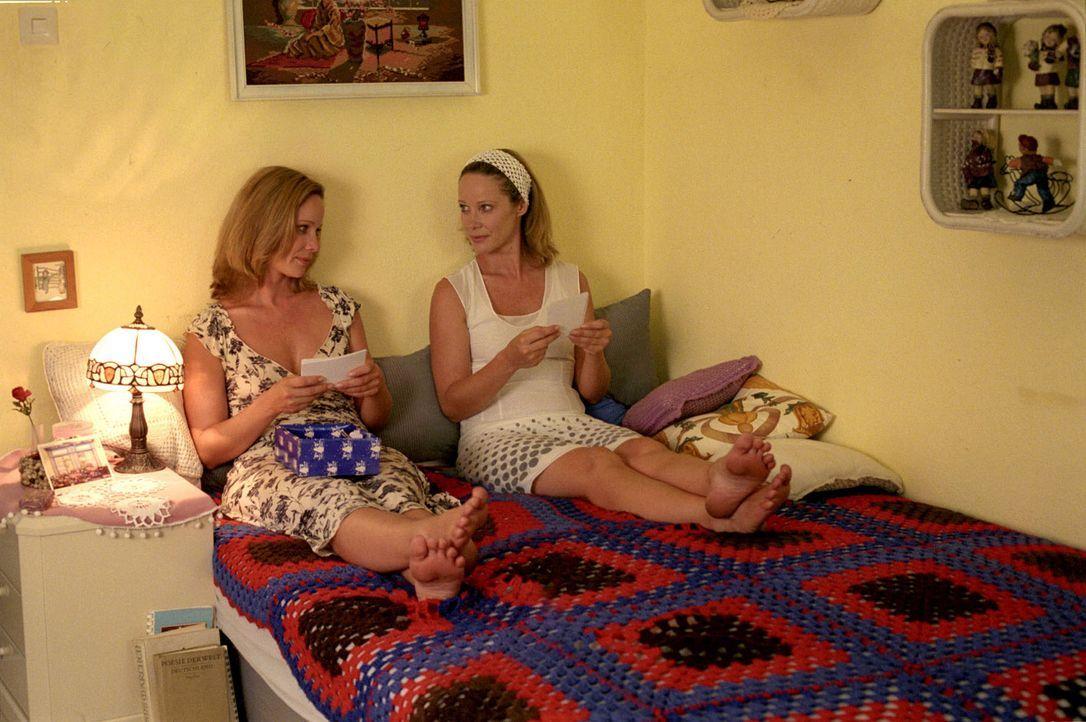 Endlich vereint: Katharina (Ann-Kathrin Kramer, l.) und Maria (Ann-Kathrin Kramer, r.) haben sich viel zu erzählen. - Bildquelle: Sat.1