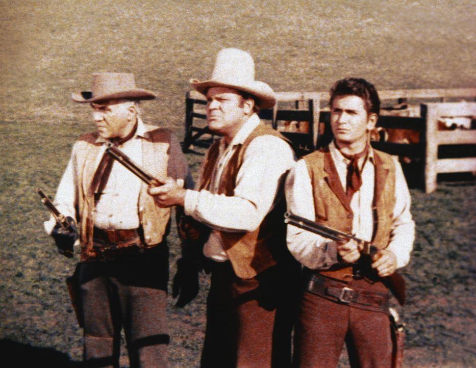 """Ben (Lorne Greene, l.), """"Little Joe"""" (Michael Landon, r.) und Hoss (Dan Blocker, M.) verteidigen ihr Hab und Gut ... - Bildquelle: Paramount Pictures"""