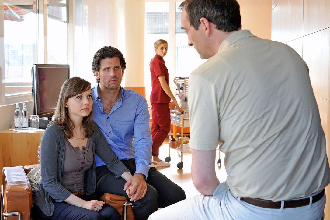 Anna (Nadja Becker, l.) und Michael (Steffen Groth, 2.v.l.) haben alles versucht, um ein Baby zu bekommen. Aber es klappt einfach nicht. Ihr Arzt un... - Bildquelle: Heike Ulrich SAT.1