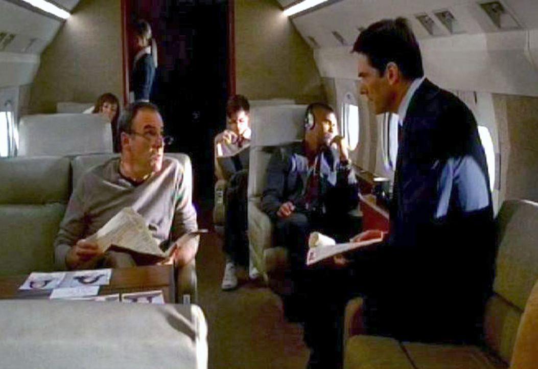 Das BAU-Team um die beiden Special Agents Jason Gideon (Mandy Patinkin, l.) und Aaron 'Hotch' Hotchner (Thomas Gibson, r.) fliegt nach Dayton, Ohio,... - Bildquelle: Touchstone Television