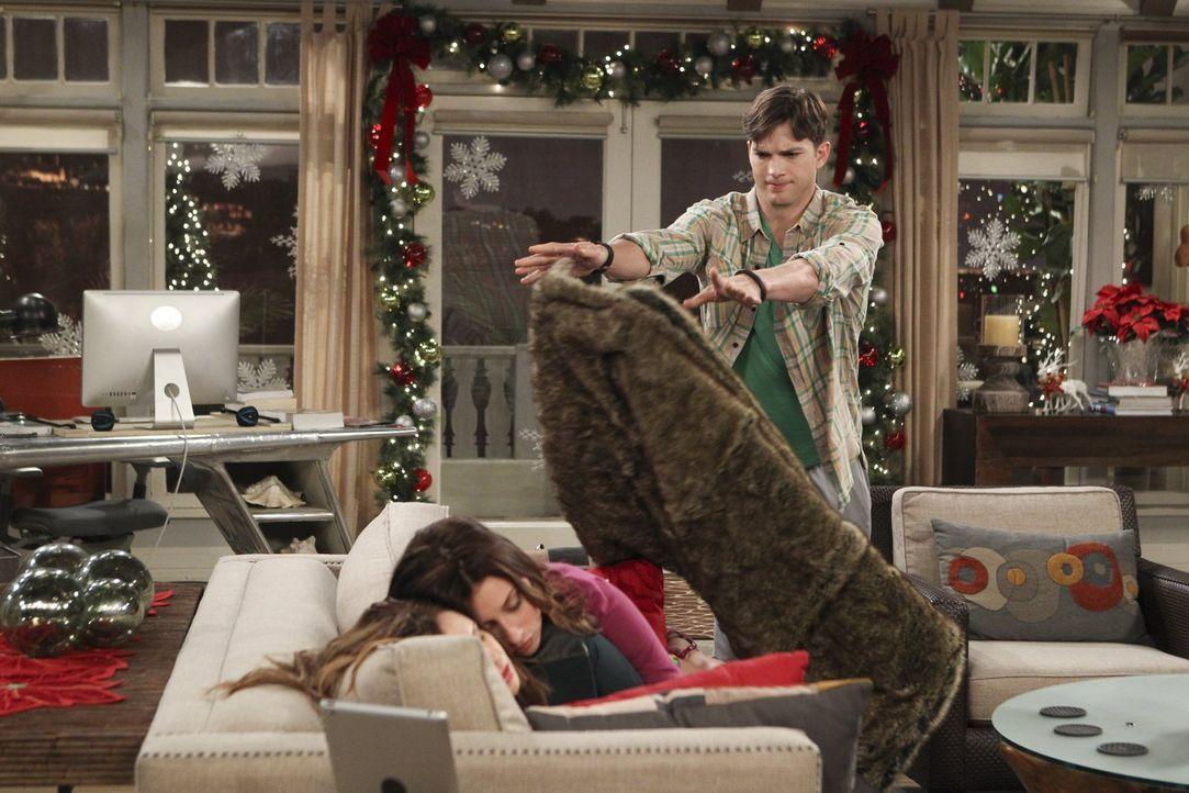 Damit Jenny (Amber Tamblyn, l.) zu ihrem zweiten Date mit Brooke (Aly Michalka, M.) kommt, steht Walden (Ashton Kutcher, r.) ihr mit Rat und Tat zur... - Bildquelle: Warner Brothers