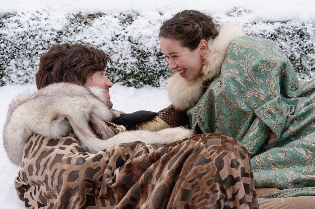 Als ihr die Königin eröffnet, dass sie mit dem Freund des Dänischen Prinzen flirten soll, ist Lola (Anna Popplewell, r.) alles andere als begeistert... - Bildquelle: Ben Mark Holzberg 2016 The CW Network, LLC. All rights reserved.