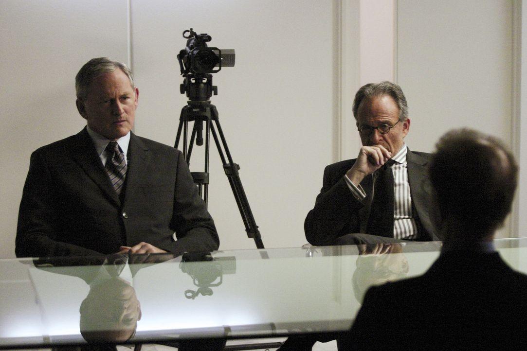 Sloane (Ron Rifkin, M.) beauftragt das Team (Victor Garber, l.), die Orchidee zu beschaffen und seinen Doppelgänger zu fassen. Dazu werden als Köd... - Bildquelle: Touchstone Television