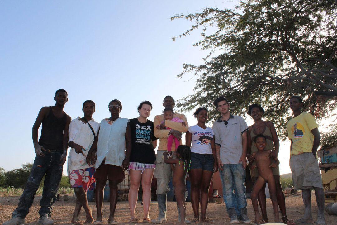 Timmy (3.v.r.) und Anne (4.v.l.) werden von ihren Müttern zu den strengsten Eltern der Welt nach Kap Verde geschickt. - Bildquelle: kabel eins