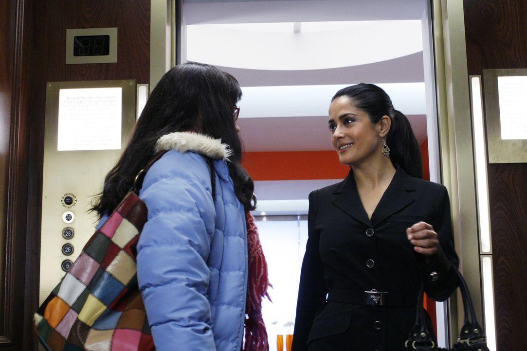 Sofia (Salma Hayek, r.) bietet Betty (America Ferrera, l.) eine Stelle an ... - Bildquelle: Buena Vista International Television
