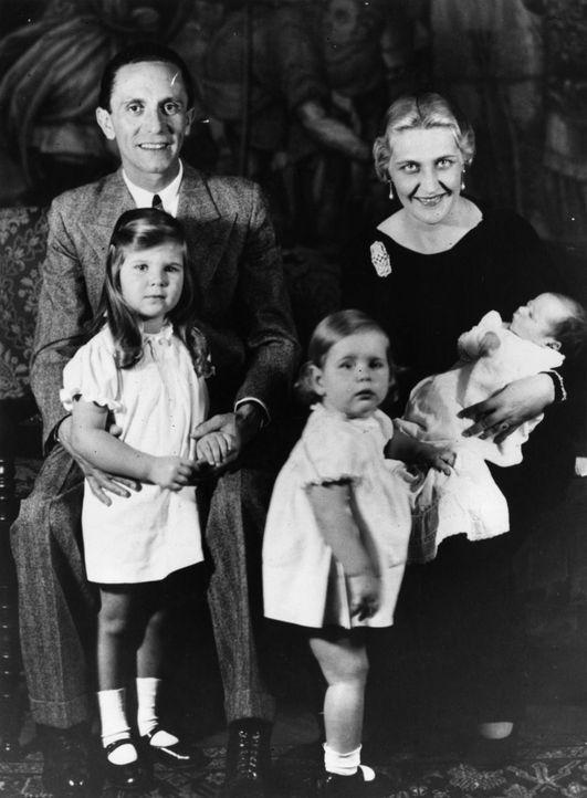 Am 1. Mai 1945 ersuchte Joseph Goebbels (l.) die Sowjetunion um einen Waffenstillstand, als jedoch Stalin auf einer bedingungslosen Kapitulation beh... - Bildquelle: Fox Photos/Getty Images