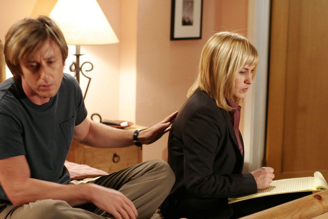 Schlimme Träume plagen Allison (Patricia Arquette, r.) seit Tagen. Joe (Jake Weber, l.) versucht sie zu beruhigen … - Bildquelle: Paramount Network Television