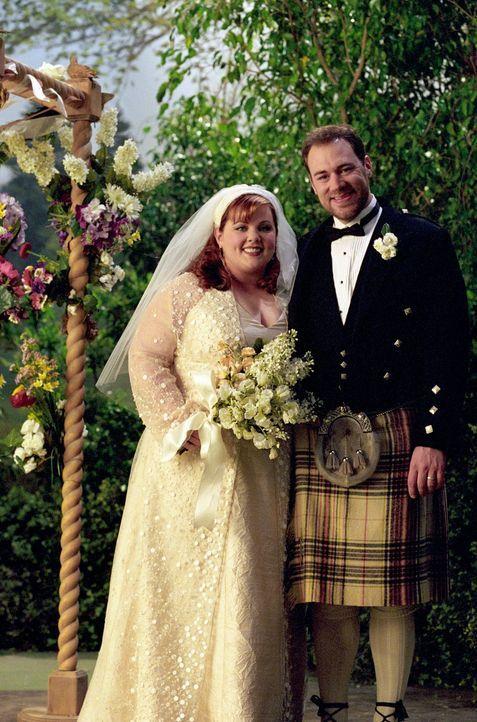 Während die Nerven von Sookie (Melissa McCarthy, l.) und Jackson (Jackson Douglas, r.) kurz vor der Hochzeit blank liegen, findet sich Lorelai plötz... - Bildquelle: 2001 Warner Bros. Entertainment, Inc.