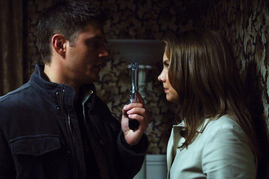 Bobby findet heraus, wo sich Bela (Lauren Cohan, r.) versteckt hält und Dean (Jensen Ackles, l.) macht sich auf den Weg, um von ihr den Colt zurüc... - Bildquelle: Warner Bros. Television