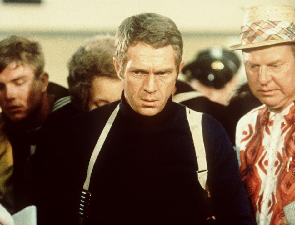 Der Polizeileutnant Frank Bullitt (Steve McQueen, M.) ist fassungslos, als der wichtige Kronzeuge, den er bewachen sollte, bei einem heimtückischen... - Bildquelle: Warner Bros.