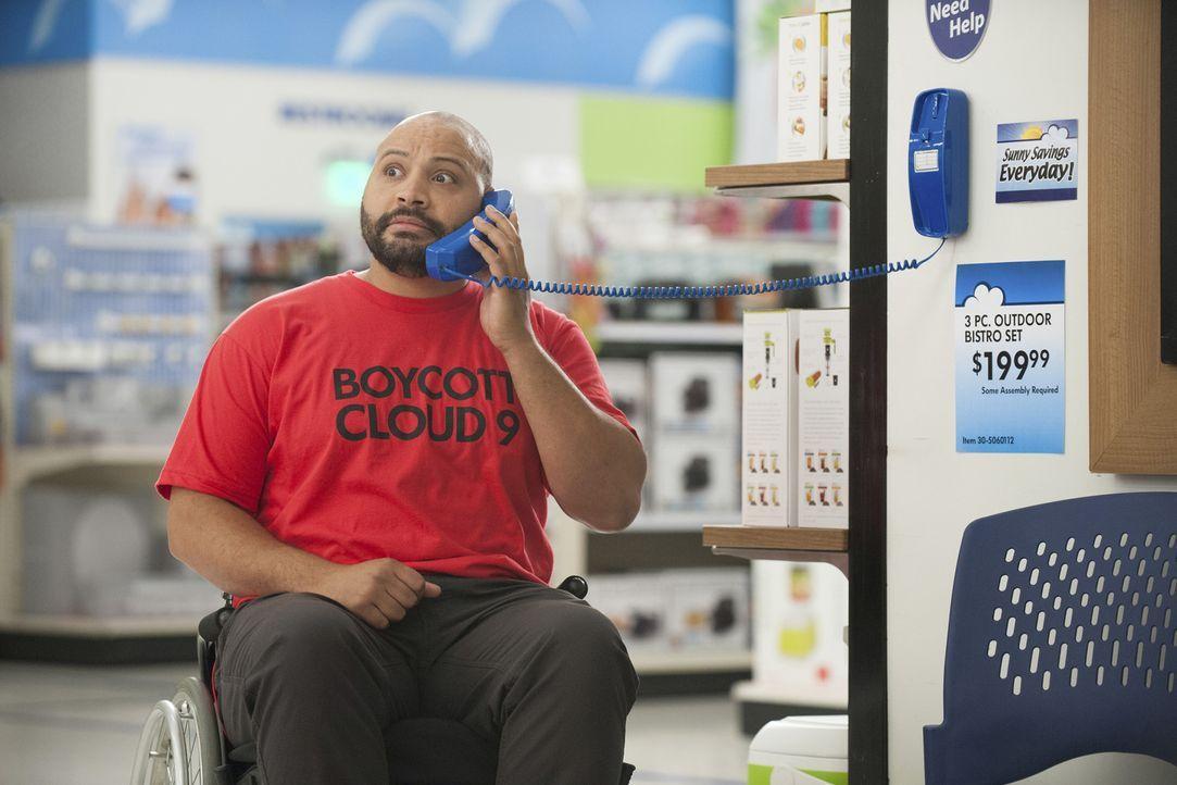Ein großer Ausruf an die Kunden der Cloud 9-Filiale: Der Boykottaufruf trifft Garretts (Colton Dunn) sarkastischen Nerv und ihm fallen viele kreativ... - Bildquelle: Colleen Hayes 2016 Universal Television LLC. ALL RIGHTS RESERVED.