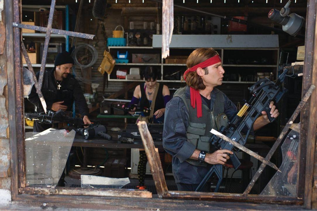 Die berüchtigten Vampirjäger Edgar (Corey Feldman, r.) und Alan Frog (Jamison Newlander, l.) und ihre Freundin Zoe (Casey B. Dolan, M.) müssen eine... - Bildquelle: 2010 Warner Bros.