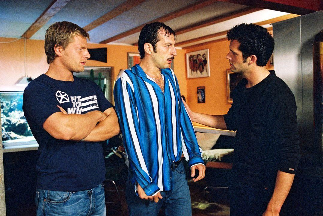 Der flüchtige Wacker (Jannis Spengler, M.) sucht ausgerechnet Unterschlupf bei seinem Vorgesetzten Leo (Henning Baum, l.) und dessen Freund Thorste... - Bildquelle: Christian A. Rieger Sat.1