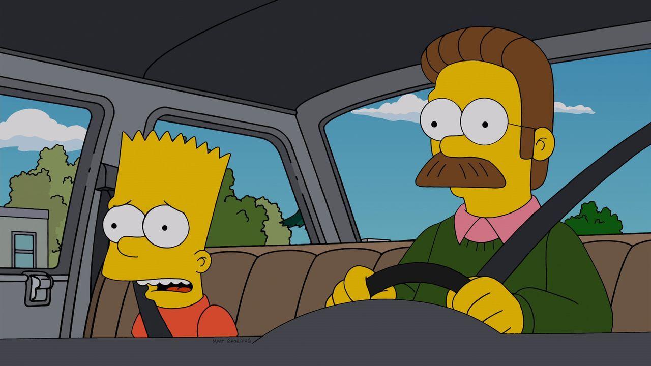 Homer wird von Priester Elijah Hooper als Diakon rekrutiert. Als Homer beginnt, die Religion ein wenig zu ernst zu nehmen, versuchen Bart (l.) und F... - Bildquelle: und TM Twentieth Century Fox Film Corporation - Alle Rechte vorbehalten