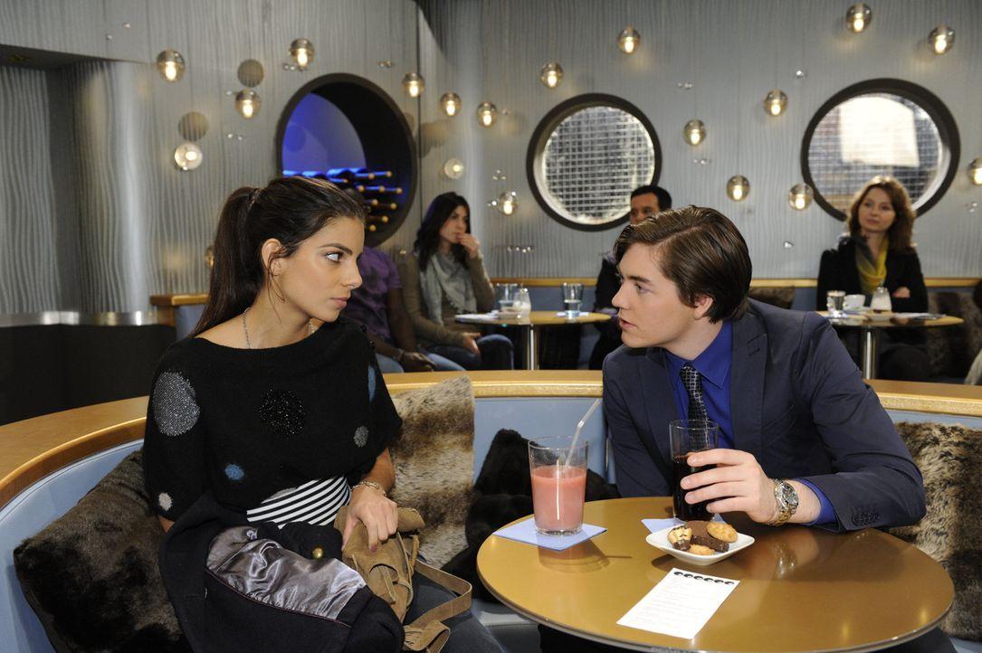 Kai (Frederic  Böhle, r.) will sich bei Bruno beliebt machen. Als Bruno ihn bittet, Jasmin (Lilli Hollunder, l.) wieder in die Firma zurück zu hol... - Bildquelle: SAT.1