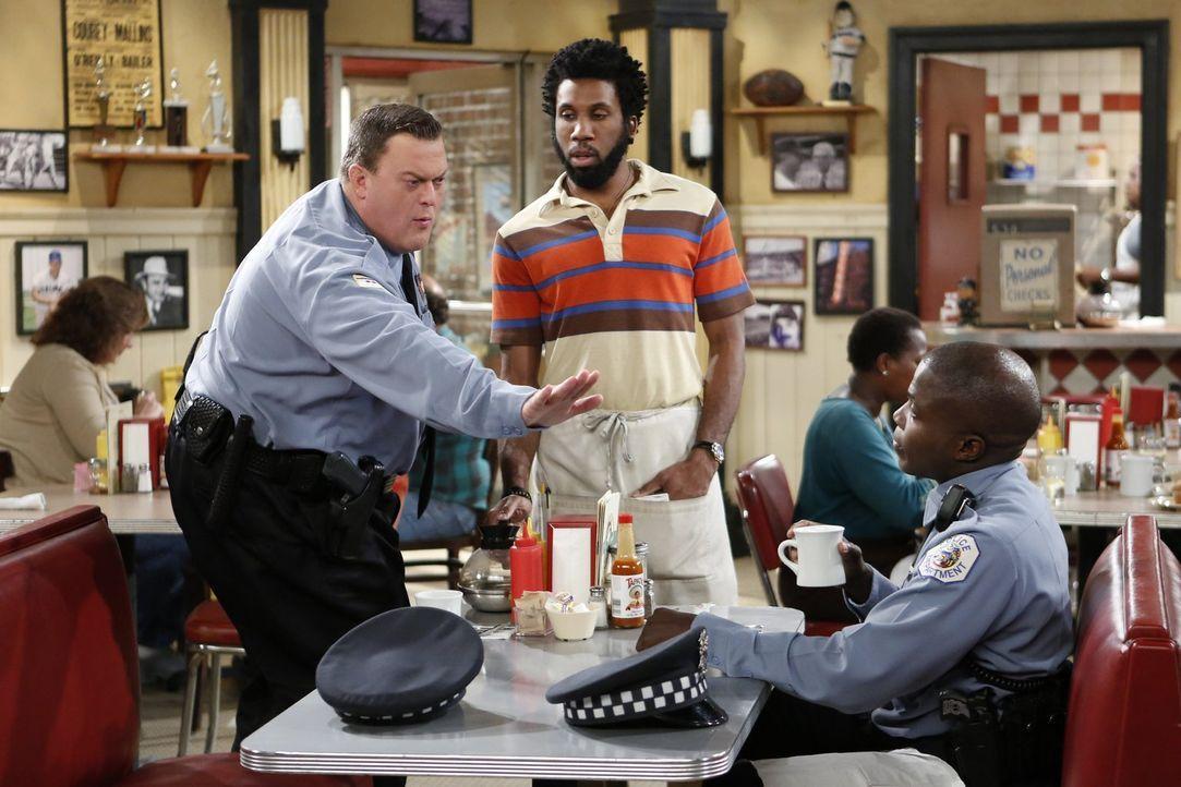 Gespräche unter Männern: Mike (Billy Gardell, l.), Samuel (Nyambi Nyambi, M.) und Carl (Reno Wilson, r.) ... - Bildquelle: Warner Brothers