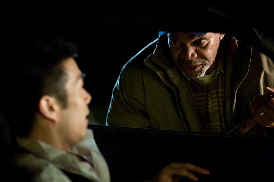 Unglücklicherweise lässt sich Groom (Nelson Lee, l.) von Otis (Beau Billingslea, r.) eine Hotelempfehlung geben ... - Bildquelle: 2008 Stage 6 Films, Inc. All Rights Reserved.