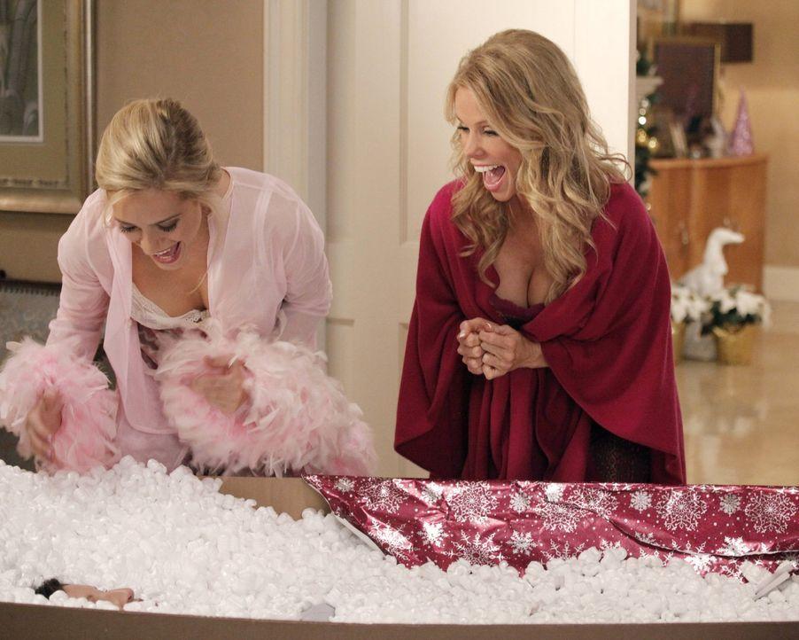 Eine ganz besondere Weihnachtsüberraschung wartet auf Dalia (Carly Chaikin, l.) und Dallas (Cheryl Hines, r.) ... - Bildquelle: Warner Brothers