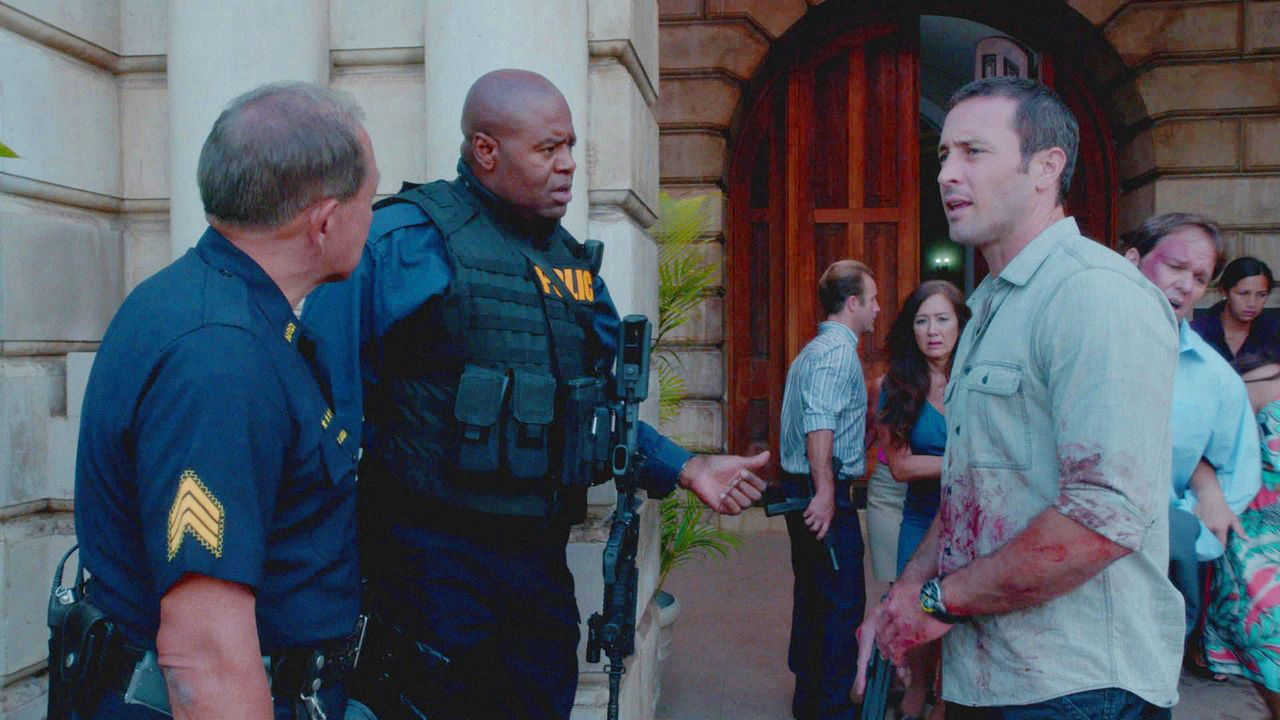 Geraten aneinander: Steve (Alex O'Loughlin, r.) und SWAT Commander Grover (Chi McBride, 2.v.l.) ... - Bildquelle: 2013 CBS BROADCASTING INC. All Rights Reserved.