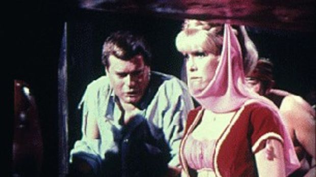 Die total enttäuschte Jeannie (Barbara Eden, r.) will Tony (Larry Hagman, r.)...