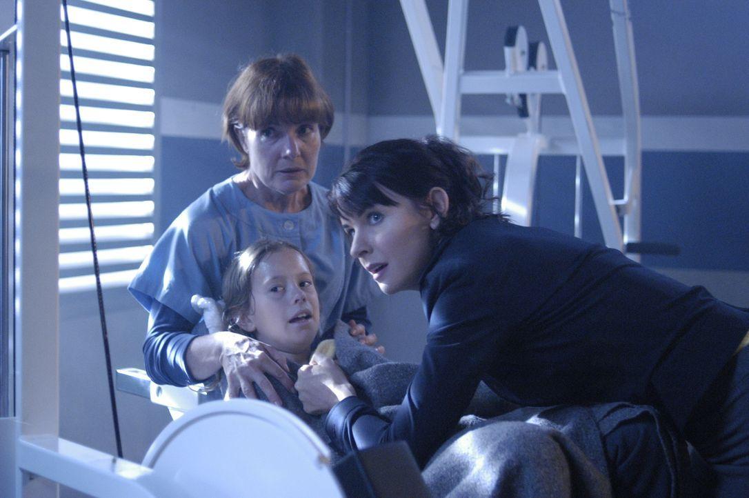 Diana (Jacqueline McKenzie, r.) versucht ihre Tochter Maia (Conchita Campbell, M.) zu schützen, während ein Anschlag auf die NTAC verübt wird ... - Bildquelle: Viacom Productions Inc.