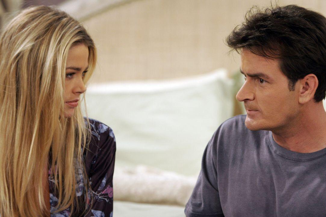 Charlie (Charlie Sheen, r.) sieht seine Chance gekommen, mit Lisa (Denise Richards, l.) ins Bett zu hüpfen und redet sich ein, dass er eine dauerhaf... - Bildquelle: Warner Brothers Entertainment Inc.