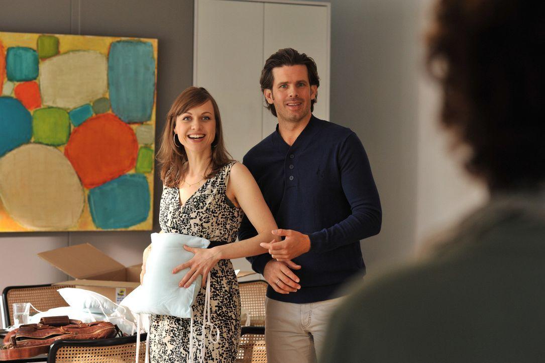 Anna (Nadja Becker, l.) und Michael (Steffen Groth, r.) gaukeln allen eine Schwangerschaft vor. Allerdings spitzt sich die Situation mit wachsendem... - Bildquelle: SAT.1
