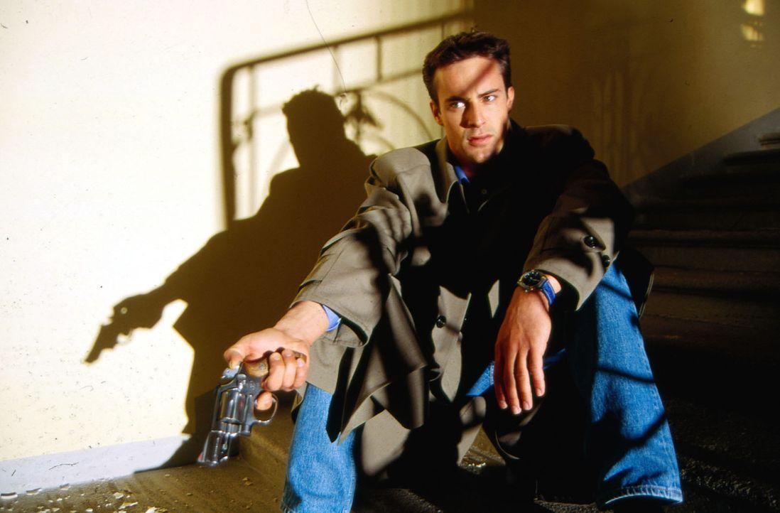Stefan Lanz (Gedeon Burkhard) hat sich auf Schloss Waldenstein verschanzt und wartet dort auf sein Opfer ... - Bildquelle: Ali Schafler Sat.1