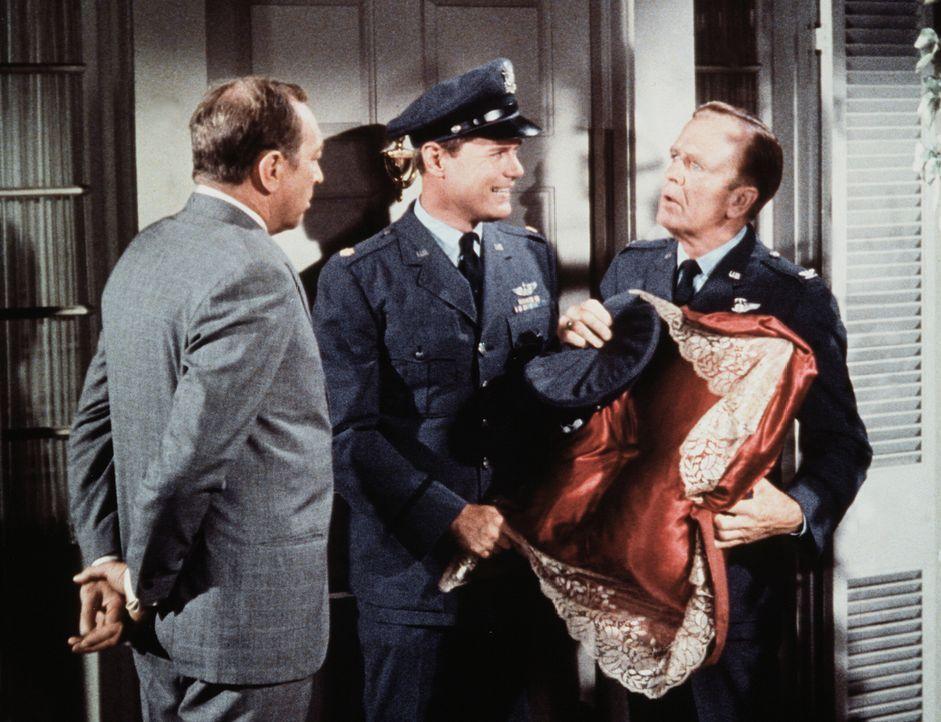 Tony Nelson (Larry Hagman, M.) kann Dr. Bellows (Hayden Rorke, r.) und Mr. Pinter (Sheldon Allman, l.) nicht in sein Haus lassen, weil Haremsdamen d... - Bildquelle: Columbia Pictures