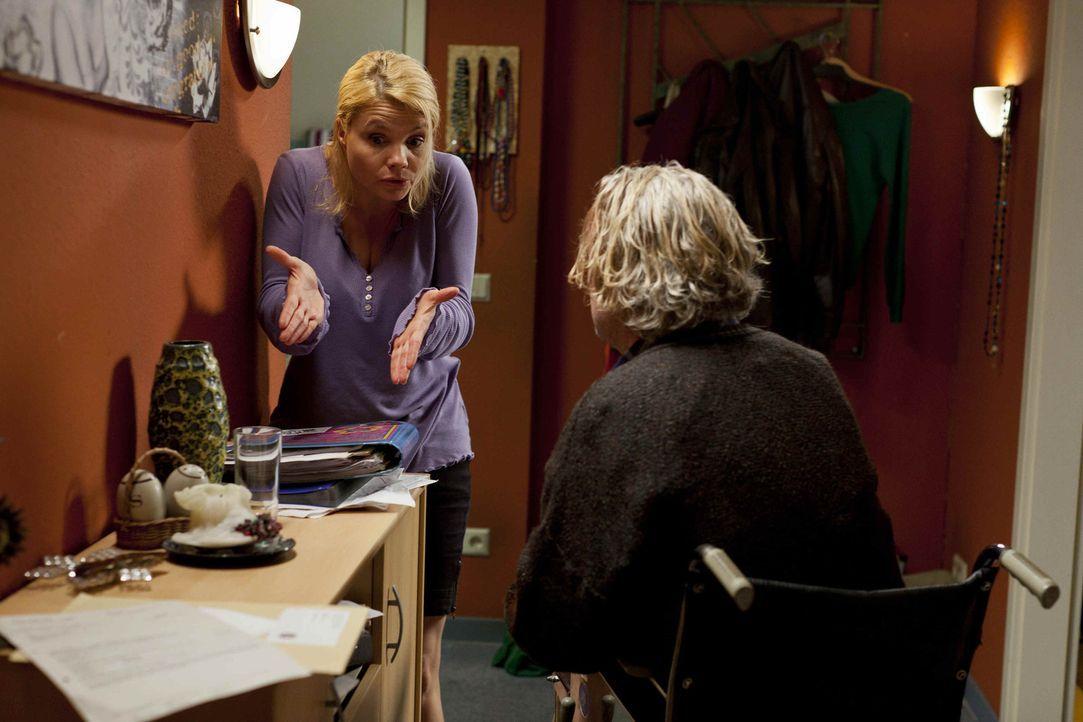Mit ihrem Vater Kurt (Axel Siefer, r.) hat es Danni (Annette Frier, l.) nicht immer leicht ... - Bildquelle: SAT.1