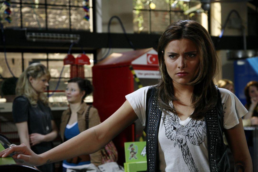 Chris (Sophia Thomalla) ist verzweifelt, als sich ein Missgeschick ans andere reiht .... - Bildquelle: SAT.1