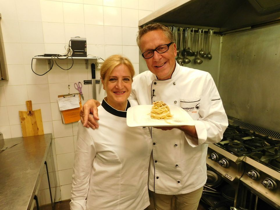 Dirk Hoffmann (r.) reist nach Rom, denn dort will er das Geheimnis der perfekten Spaghetti Carbonara lüften. - Bildquelle: kabel eins