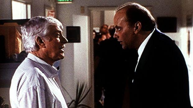 Dr. Mark Sloan (Dick Van Dyke, l.) unterhält sich mit dem Leichenbeschauer Dr...