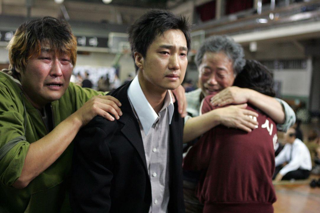 Freud und Leid liegt so nah beieinander: Als sie von der Olympiade heimkehrt, findet Nam-Joo (Du-na Bae, r.) ihre weinende Familie (v.l.n.r.: Kang-h... - Bildquelle: MFA