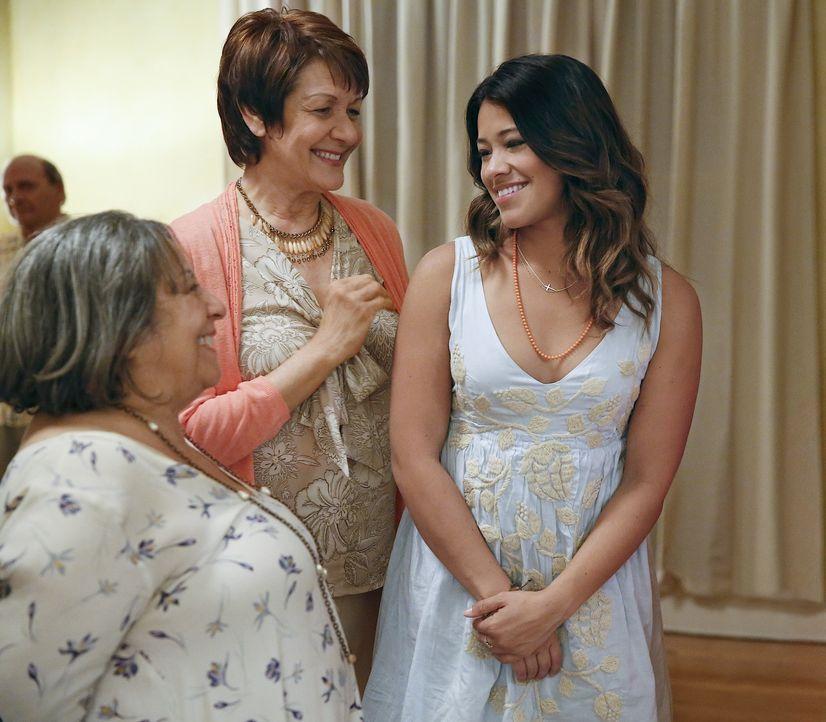 Als Jane Villanueva (Gina Rodriguez, r.) ein kleines Mädchen war, brachte ihre Großmutter Alba (Ivonne Coll, M.) ihr bei, dass Frauen um jeden Preis... - Bildquelle: 2014 The CW Network, LLC. All rights reserved.