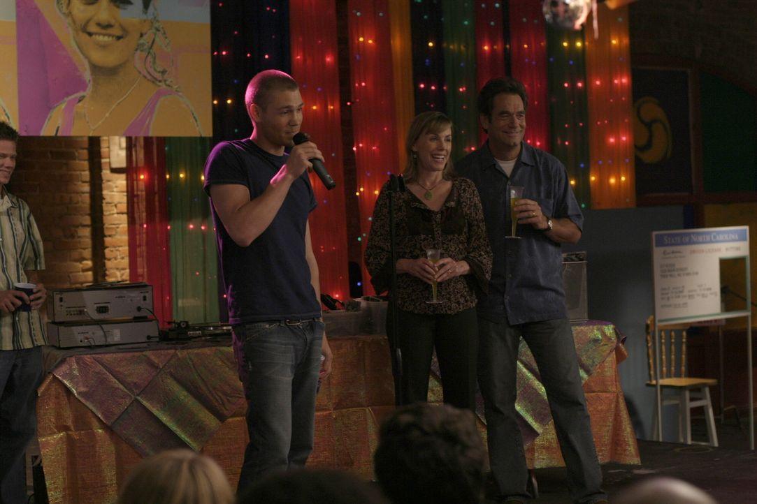 Die Verlobungsfeier, die Lucas (Chad Michael Murray, l.) organisiert, ist ein voller Erfolg. Jim (Huey Lewis, M.) und Lydia (Bess Armstrong, r.) gen... - Bildquelle: Warner Bros. Pictures