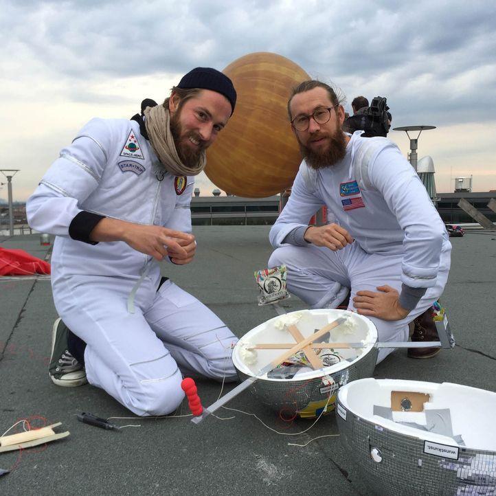 """Mit Bio-Kondomen zum Millionär? Die Freunde Waldemar Zeiler (r.) und Philip Siefer (l.) haben """"Einhorn"""" gegründet, ein Startup für nachhaltige Kondo... - Bildquelle: kabel eins"""