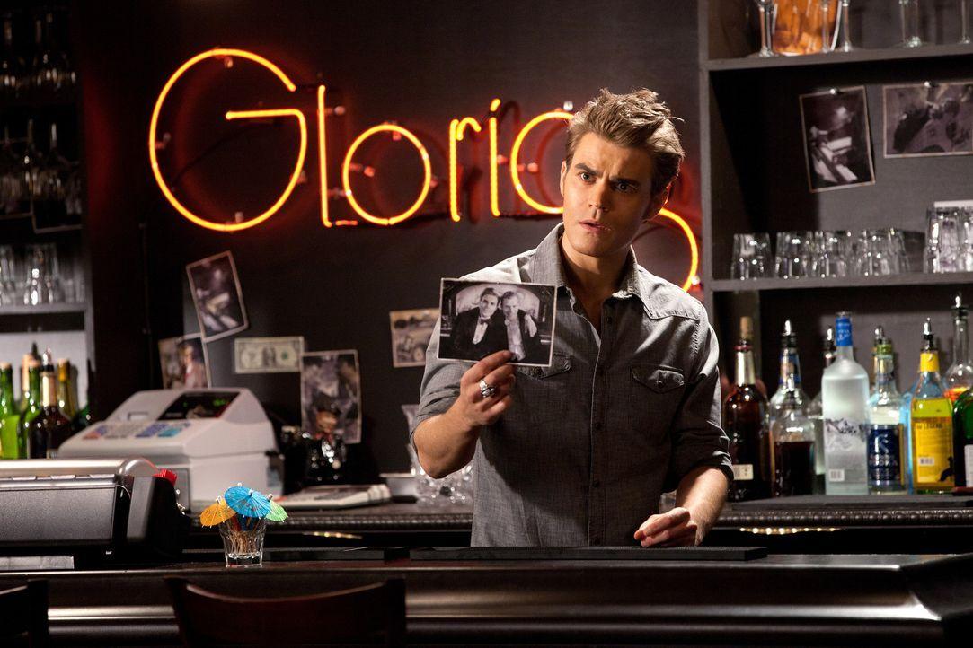 Stefan Salvatore (Paul Wesley) stellt Klaus zur Rede, was es mit dem Foto, das er in der Bar von Hexe Gloria entdeckt hat, auf sich hat ... - Bildquelle: © Warner Bros. Entertainment Inc.