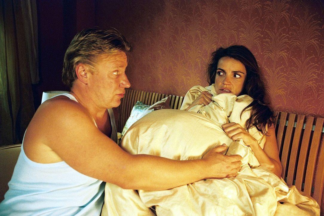 Sandra (Rebecca Immanuel, r.) hat ihrem Mandanten (Jörg Schüttauf, l.) Obdach gewährt. Der schreckt allerdings nicht davor zurück, sie nachts in... - Bildquelle: Sat.1