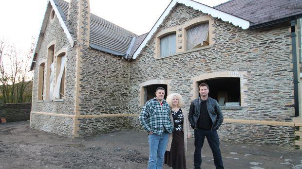 Architekt George Clarke (r.) hilft Ian (l.) und Jayne Hall Edwards (M.) dabei...