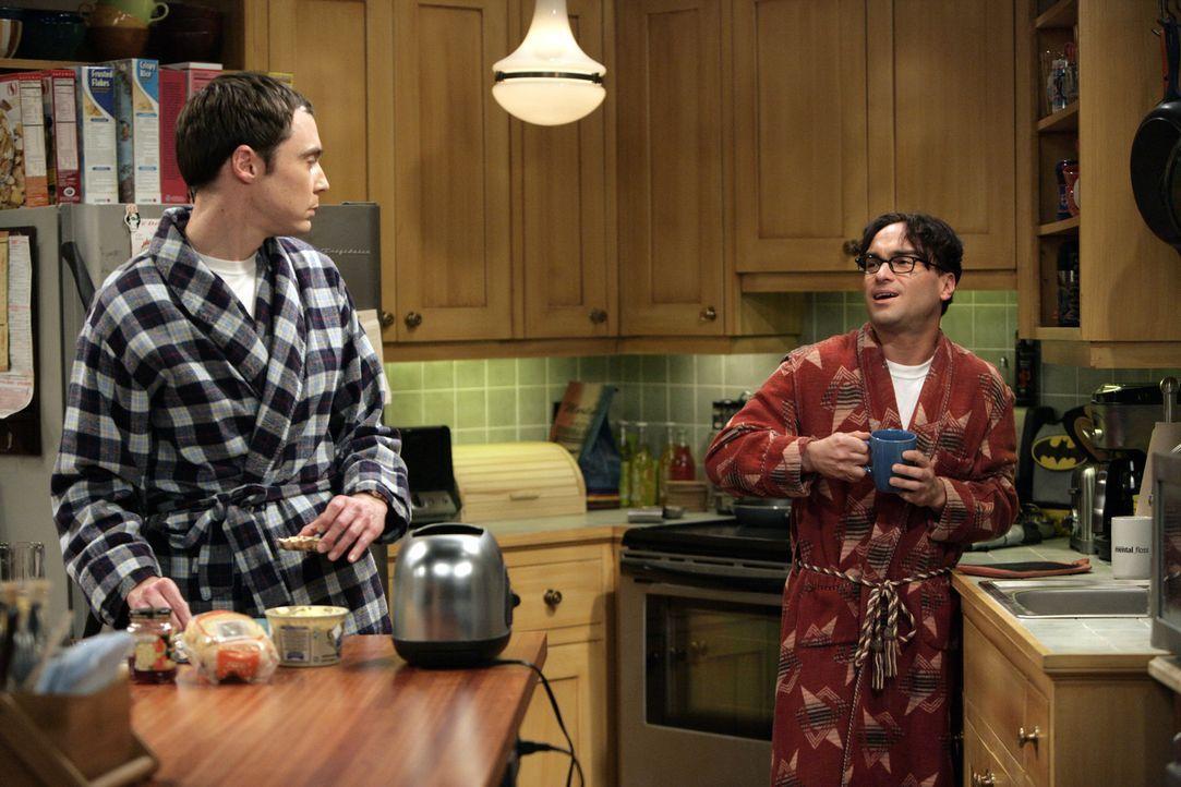 Während Leonard (Johnny Galecki, r.) feststellen muss, dass Penny nach ihrer gemeinsamen Nacht ohne ein Wort verschwunden ist, suchen Howard und Ra... - Bildquelle: Warner Bros. Television