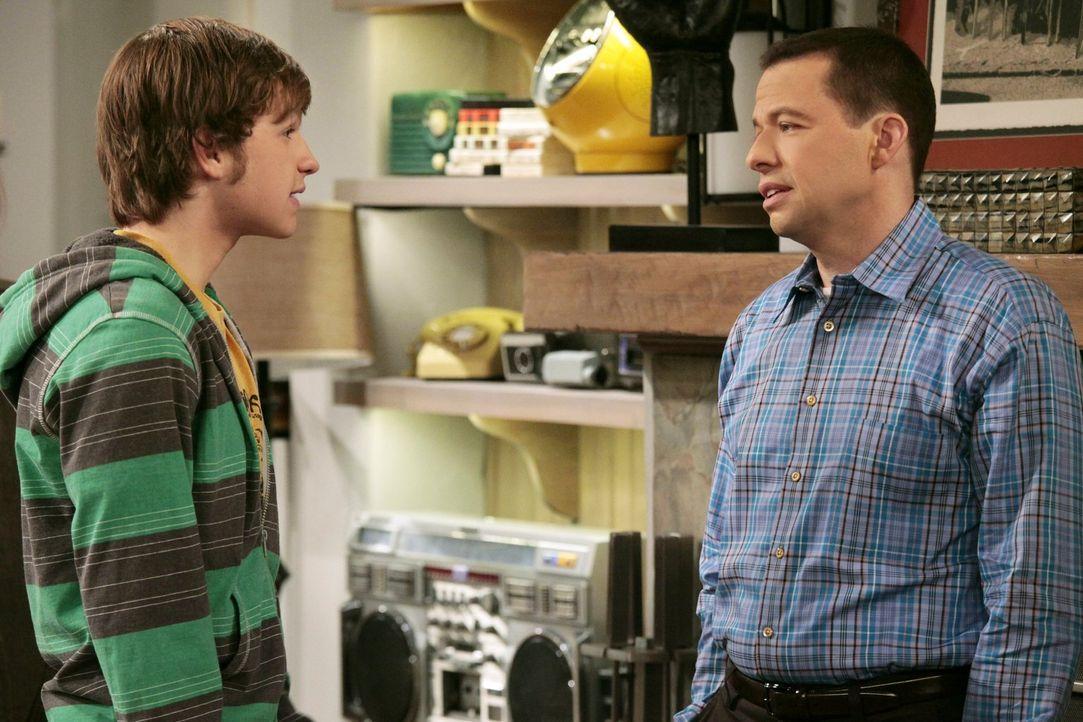 Jake (Angus T. Jones, l.) muss eine Entscheidung über seine Zukunft treffen und beschließt zur Army zu gehen, was Alan (Jon Cryer, r.) ganz und gar... - Bildquelle: Warner Brothers Entertainment Inc.