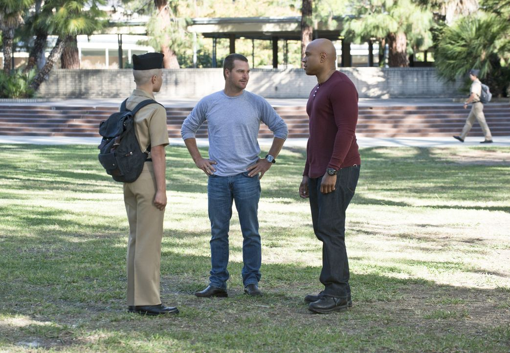 Auf Mörderjagd: Callen (Chris O'Donnell, M.) und Sam (LL Cool J, r.) ... - Bildquelle: CBS Studios Inc. All Rights Reserved.
