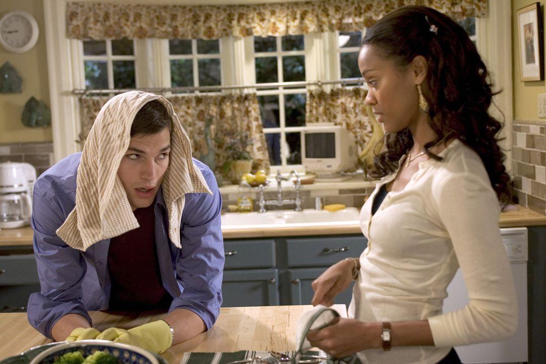 Simon (Ashton Kutcher, l.) hat es schwer an diesem Wochenende bei Theresas Familie (Zoe Saldana, r.). Nicht nur, dass er sich vor Theresas Vater beh... - Bildquelle: 2007 CPT Holdings, Inc. All Rights Reserved. (Sony Pictures Television International)
