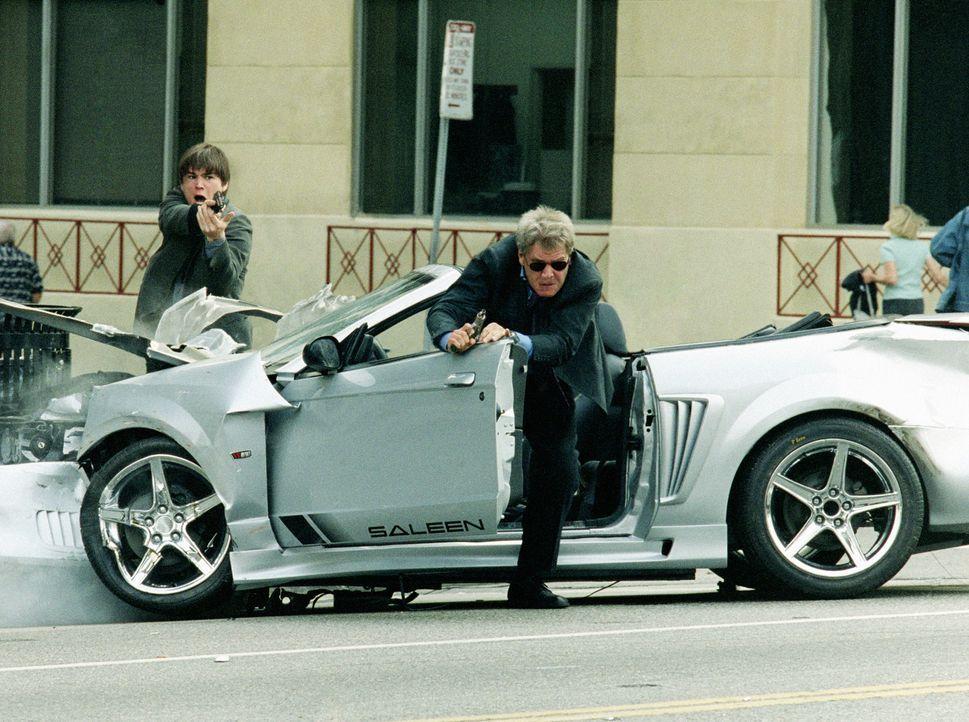 Als die beiden Cops K.C. (Josh Hartnett, l.) und Gavilan (Harrison Ford, r.) in einem Mord an einer Hip-Hop-Band ermitteln, sehen sie zunächst nur... - Bildquelle: 2003 Sony Pictures Television International. All Rights Reserved.