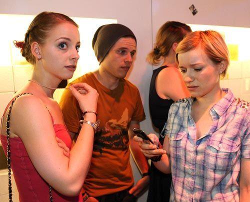 Jenny und Emma können Stefan nicht davon überzeugen, dass Jenny clean ist und Ronnie ihr die Drogen nur untergeschoben hat. Ihr droht nun der Aufe... - Bildquelle: Christoph Assmann - Sat1