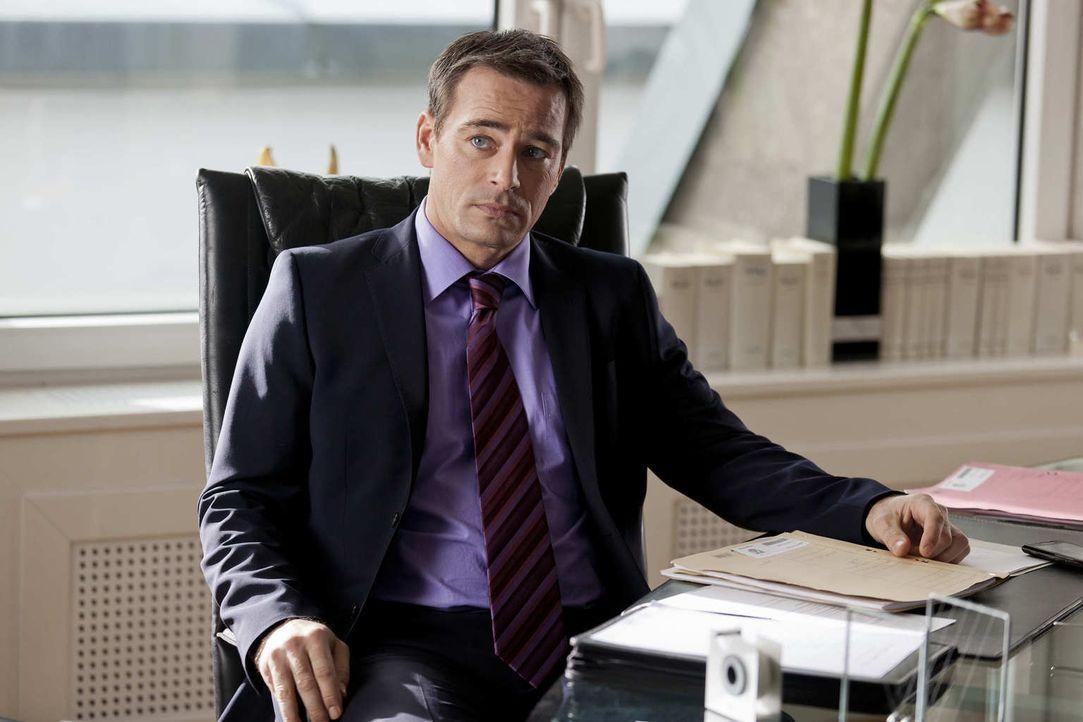 Nachdem Bea verhaftet wurde, erwartet Danni auf der Anwaltsparty bei Oliver (Jan Sosniok), der nächste Schock ... - Bildquelle: Frank Dicks SAT.1