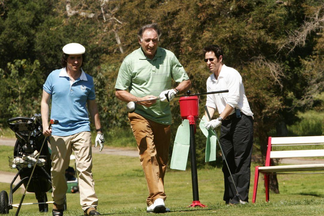 Familienausflug zum Golfplatz: Charlie (David Krumholtz, l.), Alan (Judd Hirsch, M.) und Don (Rob Morrow, r.) ... - Bildquelle: Paramount Network Television
